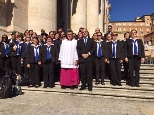 Coro da Arquidiocese de Campinas com o maestro Marcos Pavan após a Missa no Vaticano.