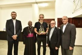 Santuário Nacional oferta imagem de Aparecida para Andrea Bocelli