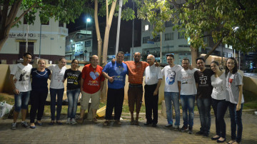 LEGENDA Bispo diocesano e senhor em situação de rua com membros da Comunidade Missão Athos 2 e Comunidade Coração Missionário de Maria