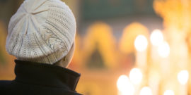 web3-woman-back-candles-church-de-vadim-ratnikov-i-shutterstock
